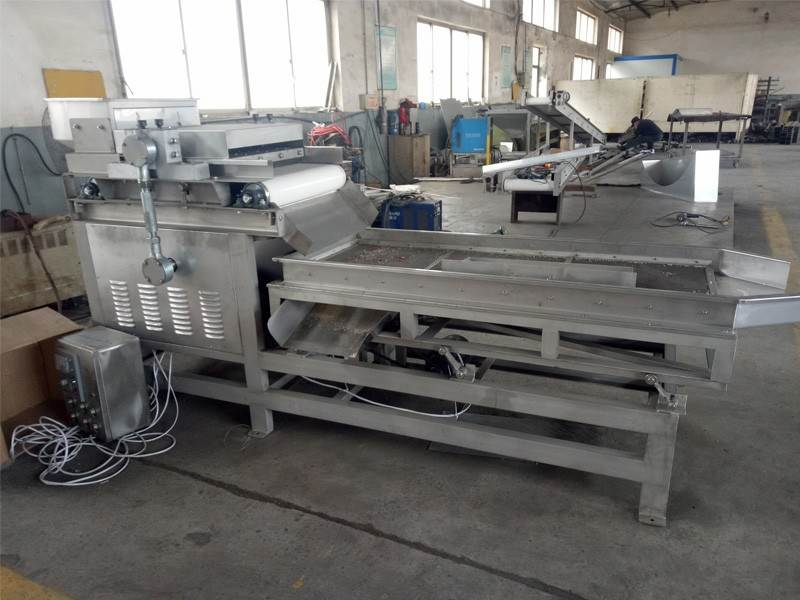 Peanut crushing and grading machine