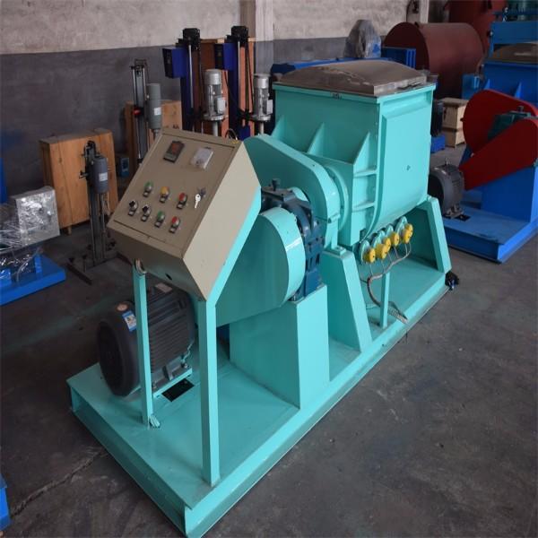 Vacuum type kneading machine